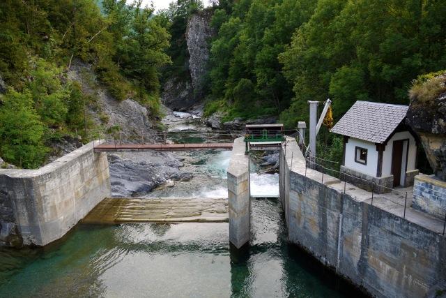 Dam spanning Ara River, taken near Camping Rio Ara - Torla, Spain (6)