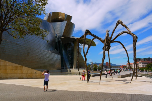 """Spider sculpture """"Maman"""" (1999) by Louise Bourgeois next to the Guggenheim Museum - Bilbao, Spain (90)"""
