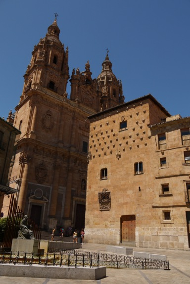 The main façade of Church of the Saintly Spirit and House of the Conches, taken on Calle Rúa Mayor