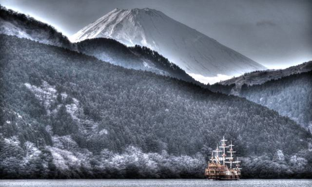 Aykut Cirali - lake Ashi, near Fuji mountain, Japan, black and white, boat