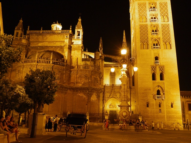 Sevilla, Spain (79) - The brightly lit La Giralda and Catedral de Sevilla, Fuente de la Plaza de la Virgen and carriages, taken on Plaza de la Virgen de los Reyes