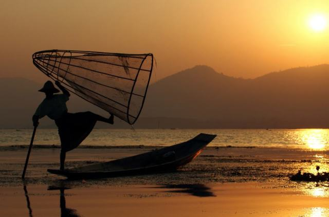 Ugo Pisani Massamormile - Fisherman at sunset, Inle Lake, Burma